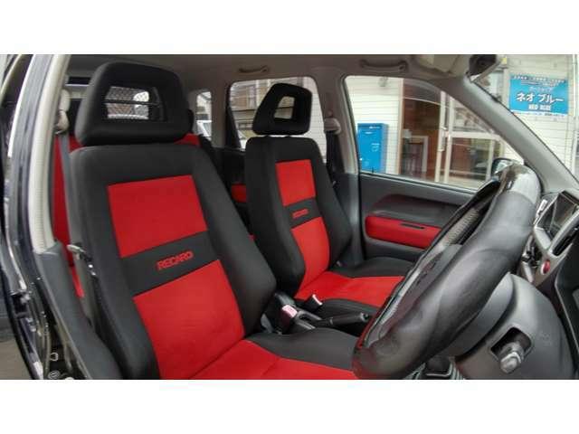 フロントシートは純正のレカロシートになります。後期は赤黒コンビです。