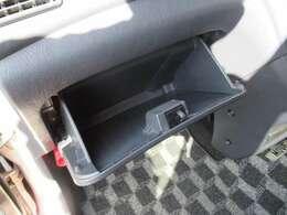 グローブボックスです。車検証度を入れてもいいですね。