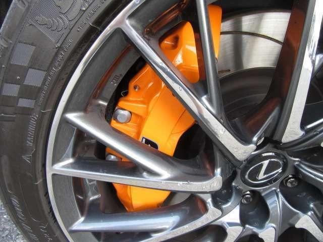 Bプラン画像:オプション装備されたLEXUSロゴ入りオレンジキャリパーは、レースシーンを彷彿させ、走る度に足元に注目させ、ワンポイントのアクセントとなります。43,200円の商品です。
