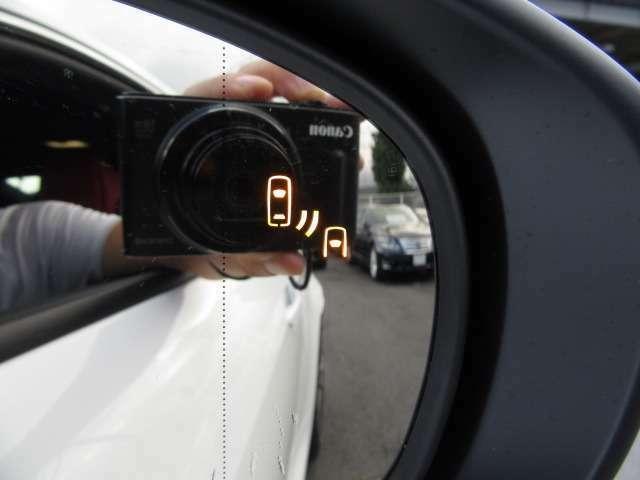 Bプラン画像:BSMは走行中ドアミラーでは確認しにくい後側方エリアに存在する車両を検知し、ドアミラーのインジケーターが点灯。ウインカーを操作した状態で車両を検知するとインジケーターが点滅し、より注意を喚起します。