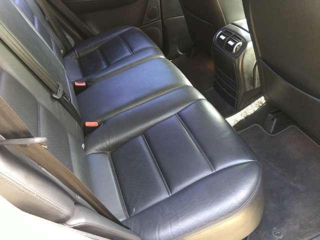 後席は車幅も有りゆったりと3人座れます。