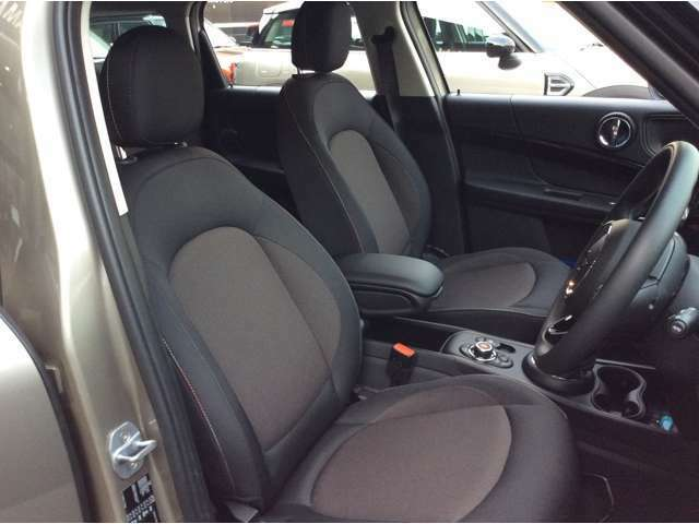 MINIのシートは、人間工学に基づいて設計され、ロングドライブ時の快適さもさる事ながら、スポーティーなドライビング時にも、より的確に身体をサポートします。