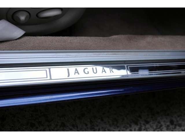 ステップガードにはJAGUARのロゴ。