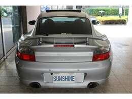新車時メーカーオプションのリアワイパー、リアパーキングセンサー、バックカメラ付です。新車時メーカーオプション230万円相当付です。詳しくは弊社ホームページをご覧くださいませ。http://www.sunshine-m.co.jp