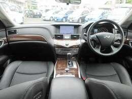 メーカー装着のHDDナビ・ETC・クルーズコントロール・オ-トエアコン・インテリジェントキ-等を装備する運転席まわり。