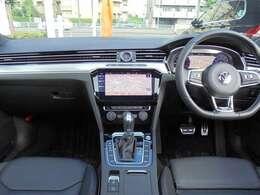 質感高い「レザーシート」標準採用グレード。 「デジタルメータークラスター」・「ヘッドアップディスプレイ」・「アダプティブシャシーコントロールDCC」標準装備。