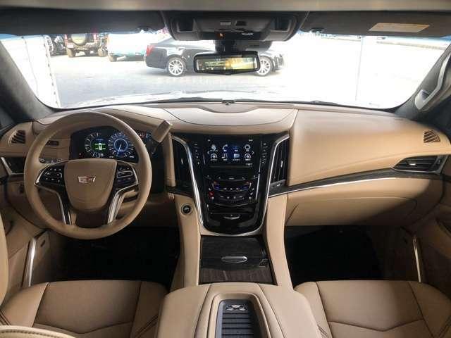 運転性はドライバーをその気にさせるコクピットのような特別な空間です。一度、お座りになってください。ワクワク感がたまりませんよ。