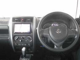 シンプルな運転席周りです。インパネ周りの各操作スイッチ類も使いやすいよう配置されています!