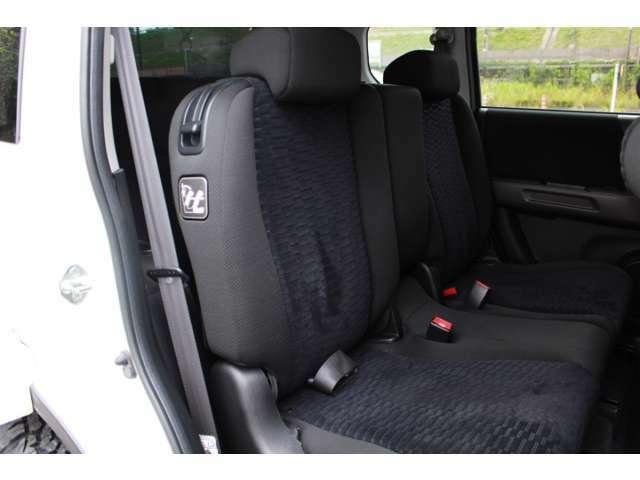 【車内清掃】 専用掃除機にて綺麗に清掃しています。専用の黒革調シートカバーをつけられるのもよし!