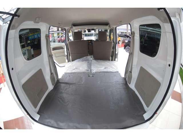 広いバックドア開口部幅を確保した設計のため、ラゲッジルームの荷物の出し入れがラクに出来ます。