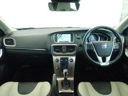 お洒落な茶色の外装色に白と黒のコンビレザーを装備したD4SE!電動シートやシートヒーター、純正ナビにリアビューカメラの他に前後のセンサーを装備しておりますのでどなたでも駐車も楽々です♪