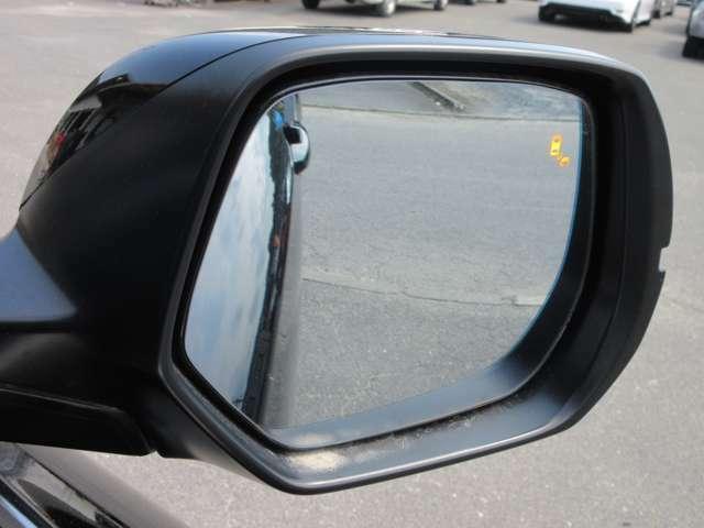 ブラインドスポットインフォメーション!車線変更時などに見えにくい位置にいるクルマを検知して、ドアミラーのマークを点灯して知らせます!