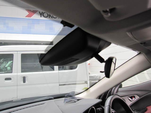渋滞などでの低走行中、前方の車輛をレーザーレーダーが検知し、衝突を回避できないと判断した場合に、ブレーキが作動。追突などの危険を回避、または衝突の被害を軽減します