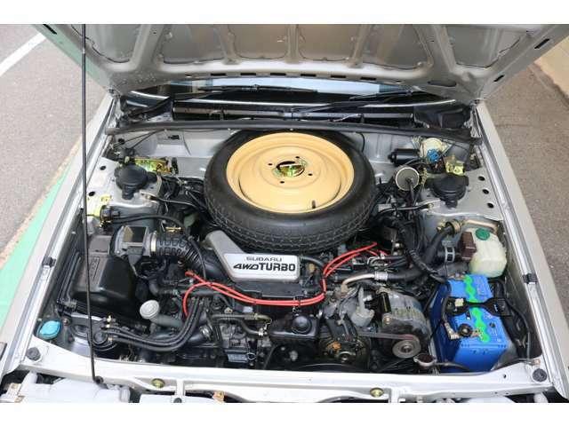 エンジンルーム内も徹底して洗浄、金属パーツの再めっき、各種パーツのリペア。クーラーベルト、ファンベルト交換済み、プラグ4本交換済み