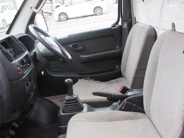 運転席側シート破れあります。