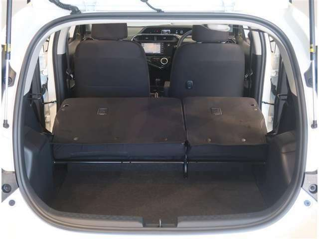リヤシートを倒せばさらに大きな荷物を積むことができます