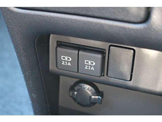 USBポート、ドリンクホルダーに収納スペースなど便利機能も盛沢山★