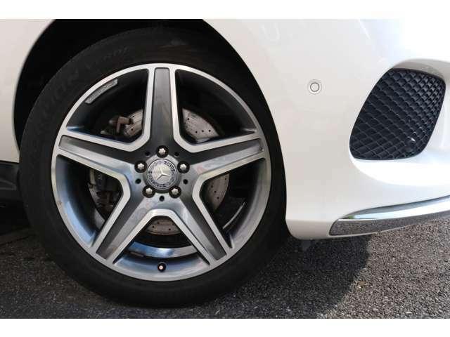 足元からお洒落な印象を与える純正20インチ5ツインスポークアルミホイール!メルセデスならではの高性能ブレーキシステムにより快適なドライブをサポートします!