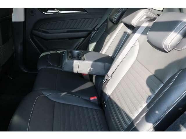 足元や天井にゆとりある空間を確保したリアシート!外部からの視線や太陽光から後部座席の方を保護するプライバシーガラスを装備!シートヒーターも完備されているので後部座席の方も快適にお過ごし頂けます!