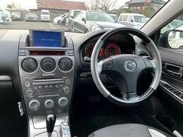 スポーティでシックな内装で運転に集中できます。