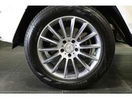 ホイールはAMGライン用の14スポークAMG20インチアルミホイールです。フロントブレーキキャリパーにはMercedes-Benzのロゴがあります。