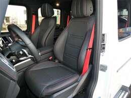 ブラックのナッパレザーシートにはレッドカラーコントラストステッチが施されています。フル電動シート、シートヒーター付です。designoレッドカラーシートベルトを装着しています。