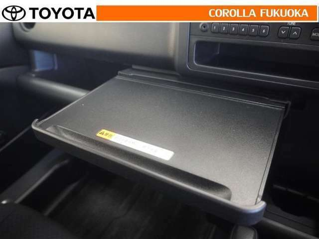 停車時にノートパソコンなどを置ける引き出しテーブル。仕事の効率を考えた設計です。