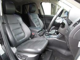 本革を使用した高級感のあるシートを全席装備しております!