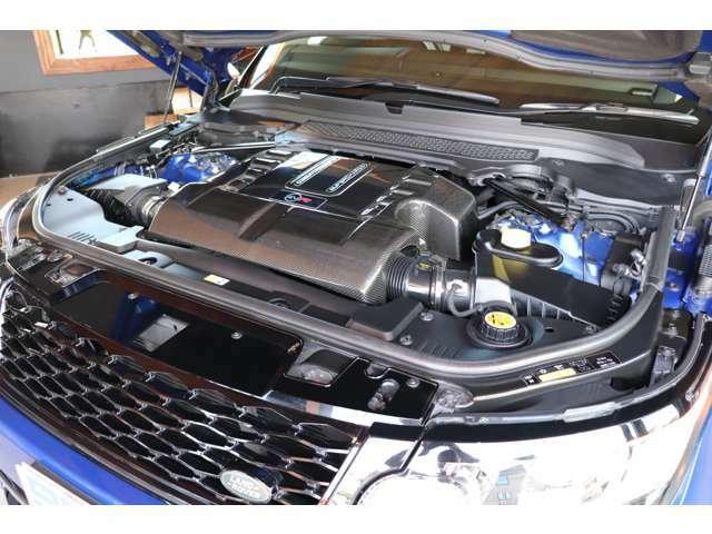 550馬力・V型8気筒5.0Lエンジンは、あらゆる状況で刺激的なパフォーマンスを発揮。パワフルで、ドライバーの魂を揺さぶります。