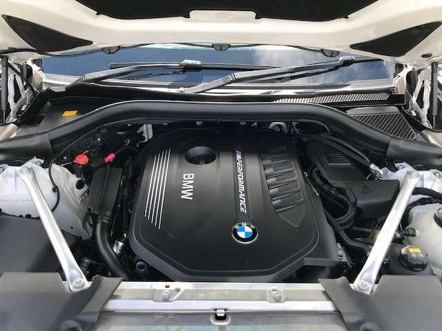 【BMW伝統のシルキー6】滑らかなふけ上がりとパワーが官能的なドライビングの歓びを約束します!シリンダーを一直線に6つ並べ爆発振動を互いに打ち消しあう構造の為不快な振動のない理想のエンジンです。