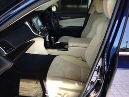 シート地は明るいベージュ生地を採用、厚手のシートながら柔らかい座り心地と適度なサポート力で至福の空間を演出しています。なお、運転席・助手席は電動シートになっています。抗菌処理済みでさらに安心です☆★☆