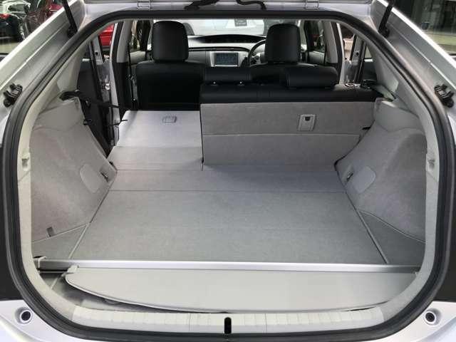 ☆後席のシートバックは4対6の比率で倒せる分割可倒式。片側を倒して長い荷物等載せることができます。☆