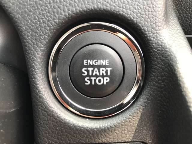 ブレーキペダルを踏んでこのボタンを押すだけで簡単にエンジンスタート♪