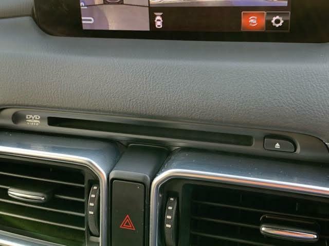CD/DVDのほか、USB接続ポートにAUX端子を装備しています。スマートフォンやミュージックプレーヤーなどの接続に最適です。もちろんブルートゥース接続にも対応しています!