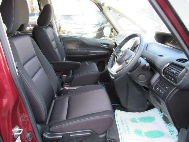 専用インテリア&専用ブラックXグレーシート付♪ シートリフター付きで、目線の高さも調整可能になります♪ 女性の方でも安心して運転することができます♪
