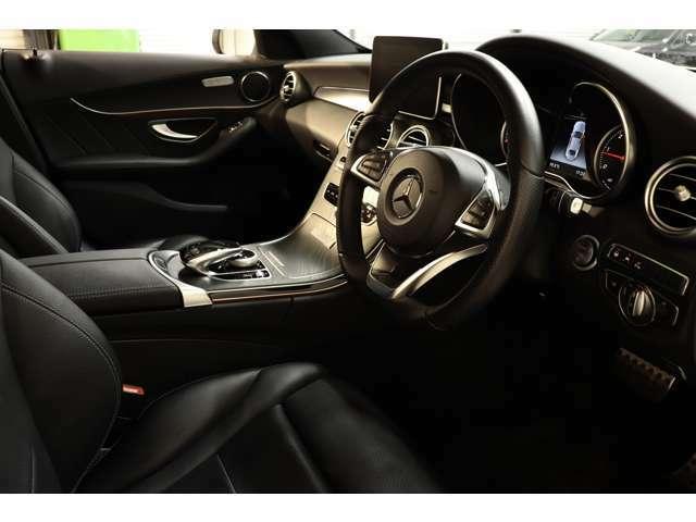 ブラックアッシュウッドインテリアトリムを採用し、上品な室内空間となっております。マルチファンクションステアリングではオーディオ操作や車輌の細かな設定が可能です!