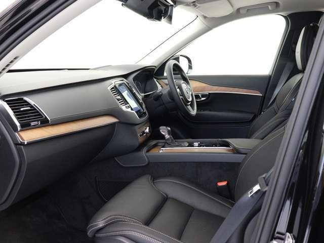 一方、車内は美しいインテリアが清々しくも落ち着いた雰囲気を醸し出し、独特の居心地のよさを感じさせる、まさにスカンジナビアン・デザインと呼ぶにふさわしい空間となっています。