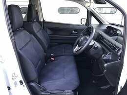 運転席と助手席の間にアームレスト装備です。ベンチシートですので、運転席側・助手席側どちらから乗車してもOKです。