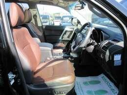 専用インテリア&専用ブラウン本革シート付♪ 運転席、パワーシート機能付きで、お好きなシートポジションを簡単調整することができます♪ 上級グレードのみ装着されております♪