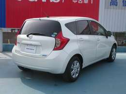 色はホワイトパールです。お手ごろな価格で安いお車を探している方にはおすすめです!