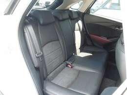 セカンドシートは厚みがあり、大人の方が長距離ドライブされても疲れにくいシートになっています。