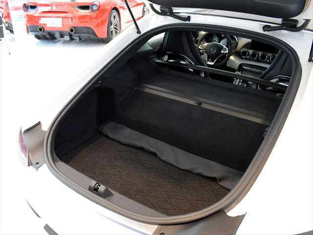 2ドアのスポーツカーとしては優れた積載性がございます。