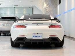 GT-R用リアウィングに、フューチャーデザインカーボンリアディフューザーが装着されております。