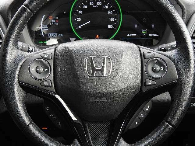 ハンドルには、アクセルペダルを踏まずに定速走行し疲労軽減に貢献するACCと、ハンドルから手を離さずにオーディオを操作できるので安全性がとても上がるステアリングリモコンが付いています!