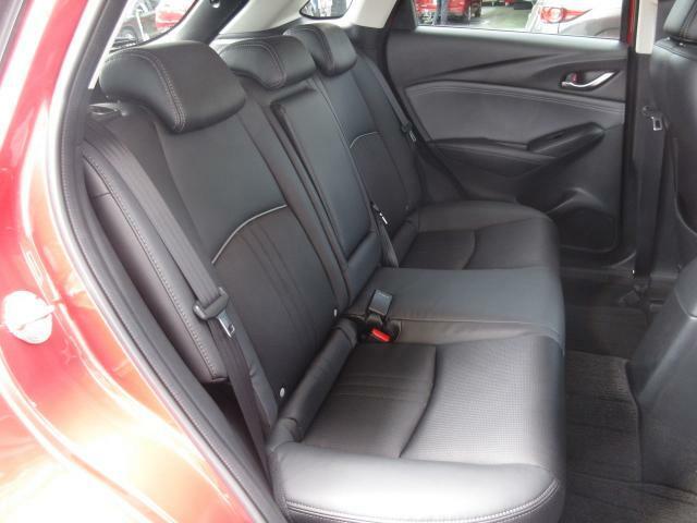 後部座席も広々スペースです。大きな座面でリクライニング無しでもゆったりロングドライブをお楽しみいただけます。