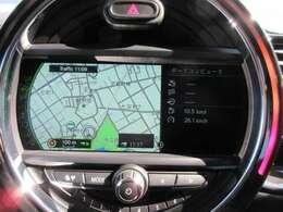 純正メモリーナビ付き♪センターコンソール中央にあり見やすくなっております♪インフォテインメントシステム、車両情報もディスプレイに表示されます♪