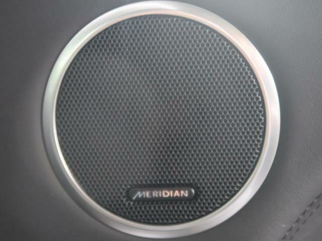 音楽に命を吹き込む英国のオーディオエキスパート、MERIDIANのサウンドシステム。緻密な計算により設置されたスピーカーが澄み切った高音から深みのある低音まで豊かなサウンドをもたらします。