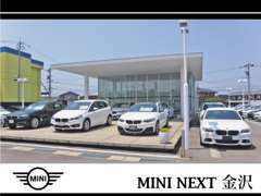 MINIとBMWが併設された展示場で、お車のご案内をしております。