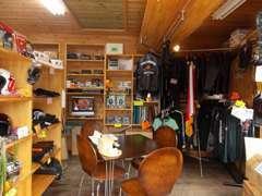 店内の様子です。カーナビやバイク用品を多数取りそろえております!