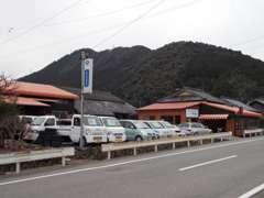 三間インターから車で約10分!当店は、山に囲まれた、のどかな場所にあります。お越しの際はご連絡下さい!